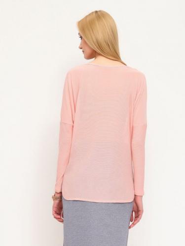 Бледно-розовый свитер и бежевые джинсы на девушке