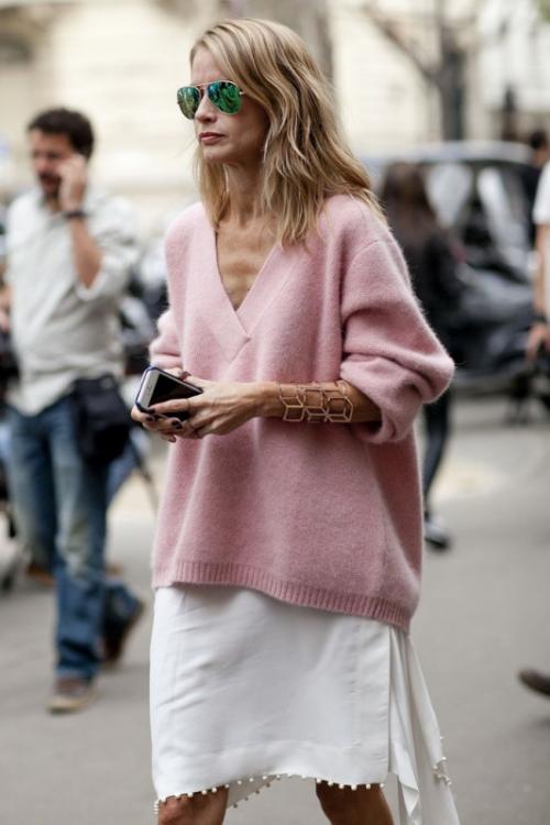 Белая юбка и бледно-розовый свитер
