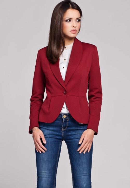 Джинсы и бордовый пиджак