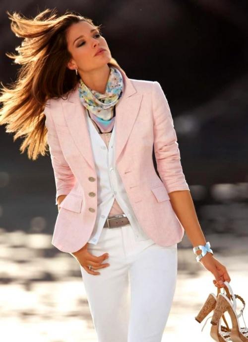Нежно-розовый жакет с белыми брюками