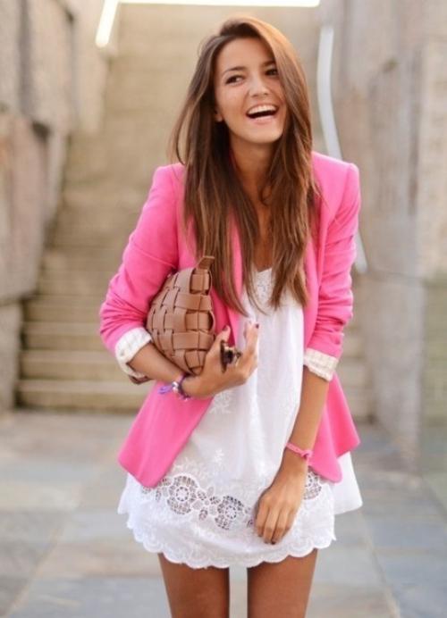 Ярко-розовый жакет и короткое белое платье
