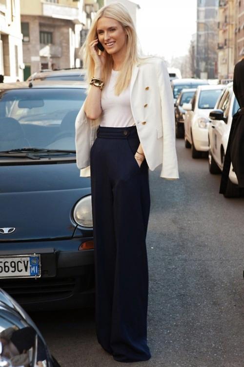 Девушка в брюках с высокой талией