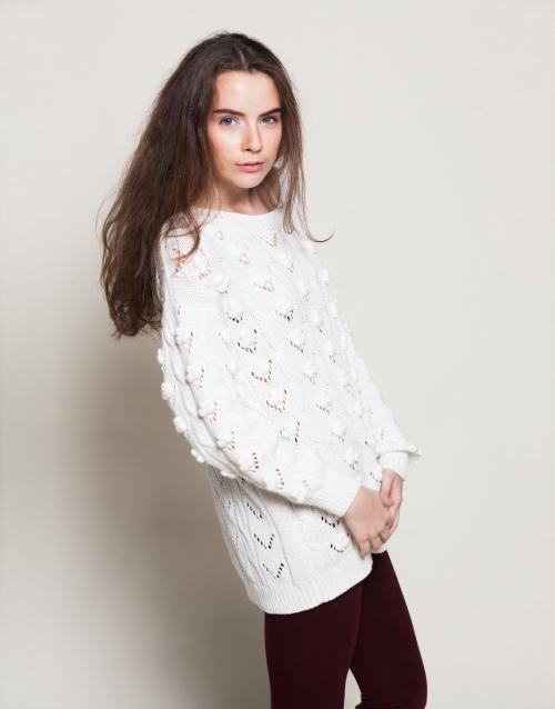 Белый свитер и бордовые леггинсы