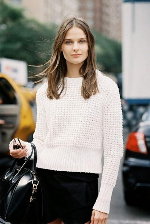 Белый свитер и черные штаны