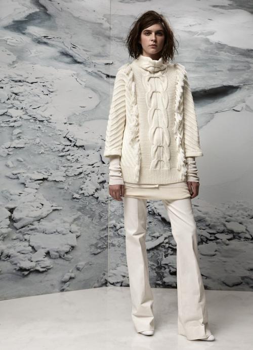 Белый свитер и белые джинсы на девушке