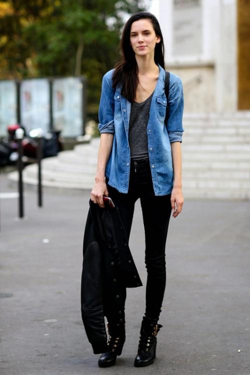 Девушка в черных джинсах и синей рубашке