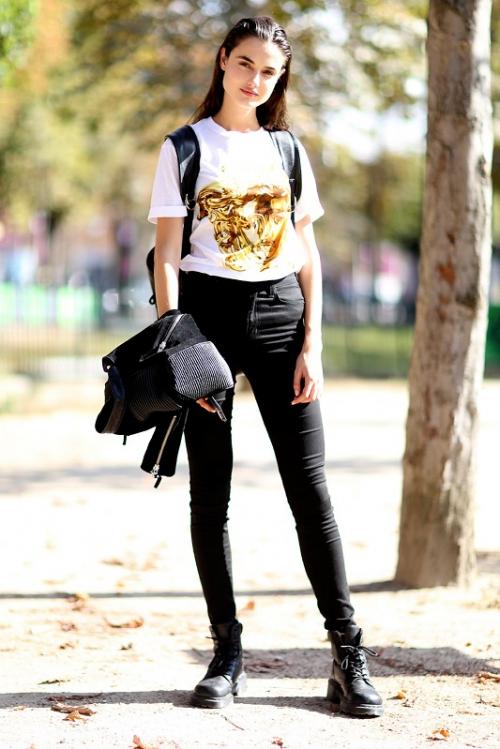 Девушка в черных джинсах и белой футболке