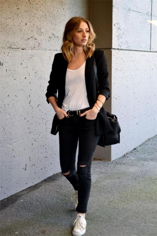 Девушка в черных джинсах и черном пиджаке