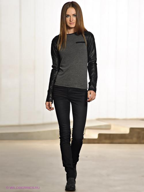 Девушка в черных джинсах и серой кофте