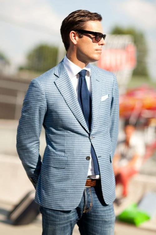 Джинсы и галстук на мужчине