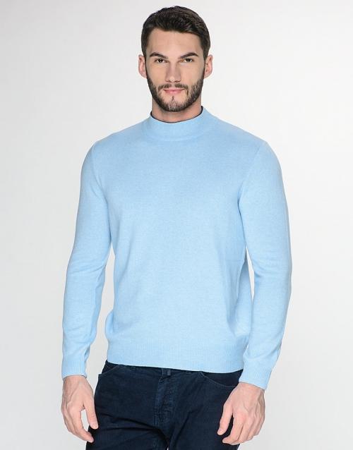 Голубая водолазка на мужчине