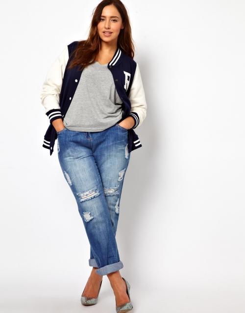 Девушка в светлых джинсах plus size