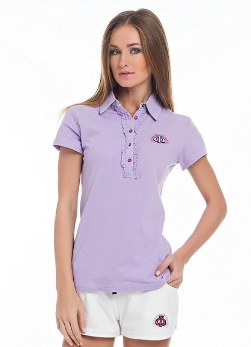 Фиолетовая рубашка-поло на девушке