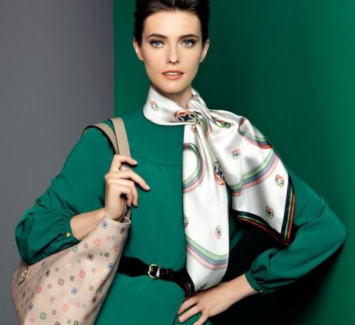 Девушка в зеленом платье и шейном платке