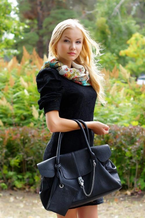 Девушка в черном платье с платком
