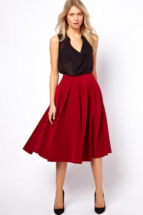 Красная широкая юбка на девушке