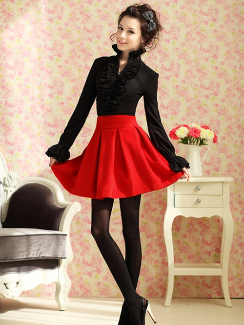 Красная широкая юбка и черный верх