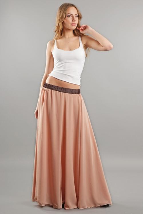 Широкая персиковая юбка на девушке