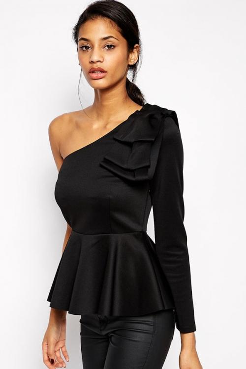 Черная блузка с одним плечем