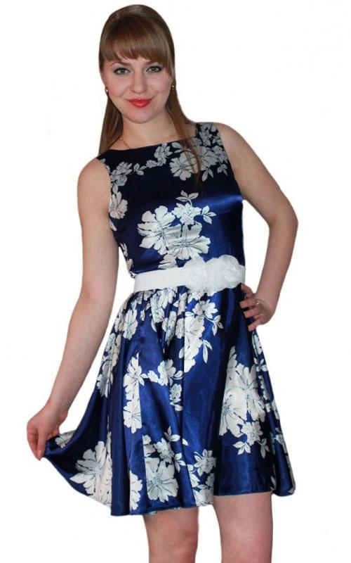 Синее платье с белыми цветами