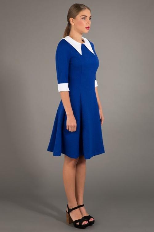 Девушка в бело-синем платье