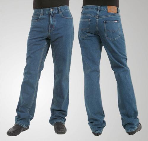 Мужские джинсы с темной обувью