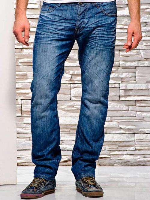 Голубые мужские джинсы с кроссовками