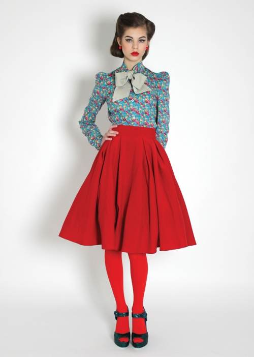 Девушка в яркой красной юбке