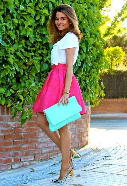 Девушка в юбке цвета фуксии