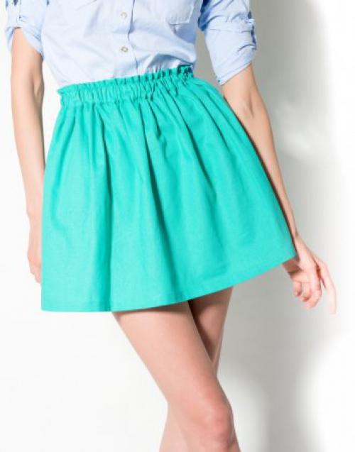 Ярко-бирюзовая юбка у девушки