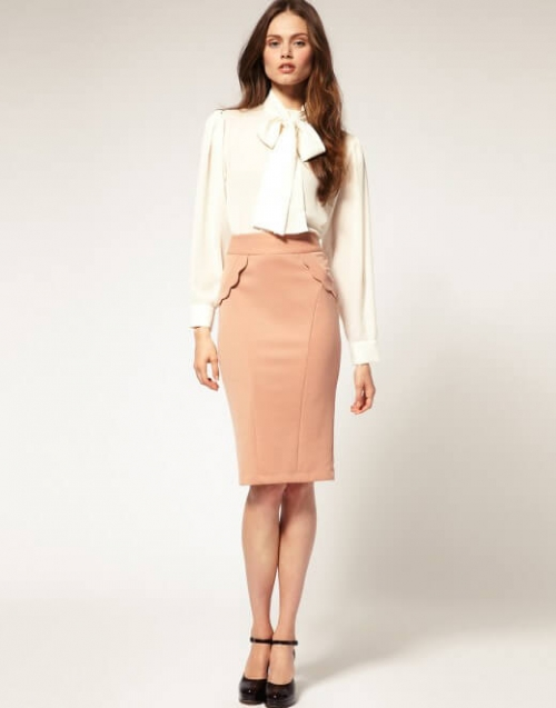 Девушка в блузке и бежевой юбке