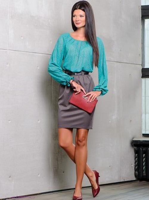 Зеленая блузка и серая юбка