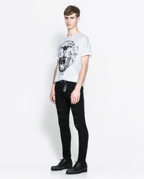 Черные джинсы и белая футболка