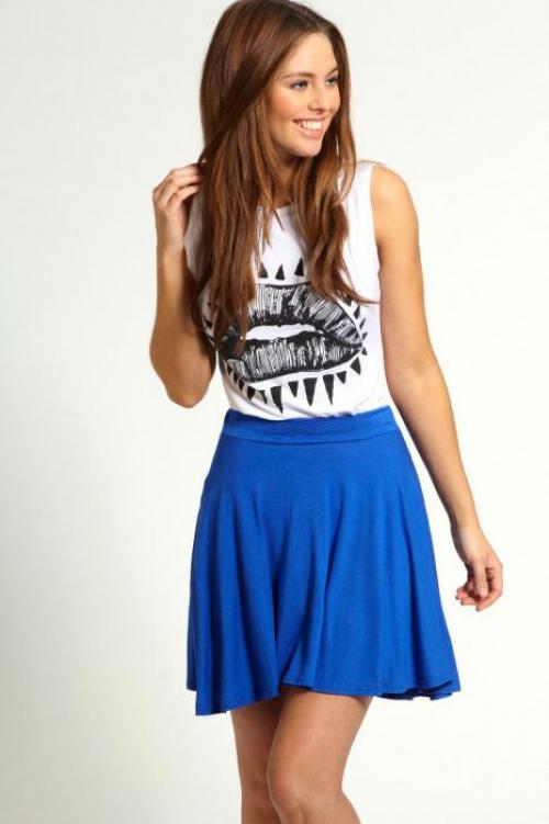 Синяя юбка и белая фуболка