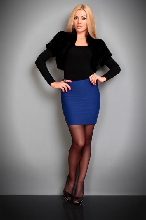 Синяя юбка и черное болеро