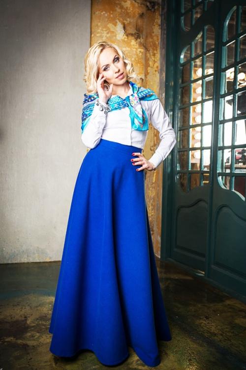 Девушка в длинной синей юбке
