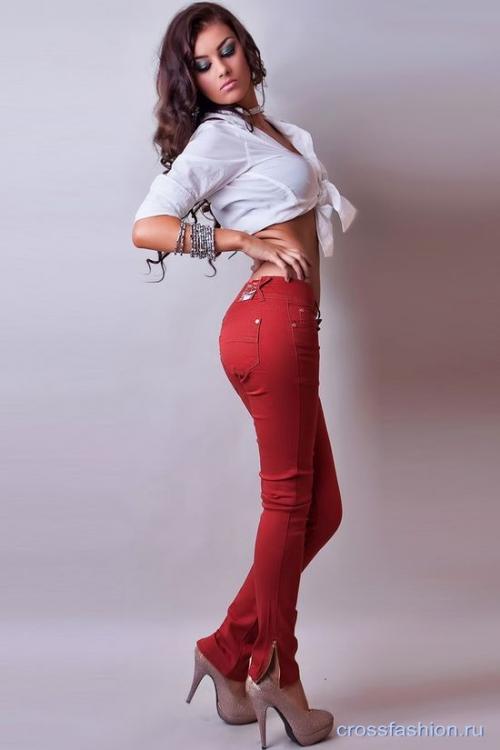 Красные брюки и белая рубашка