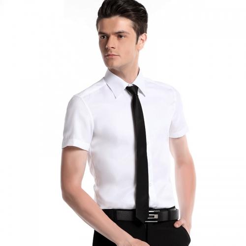 Мужчина в рубашке с коротким рукавом и с галстуком