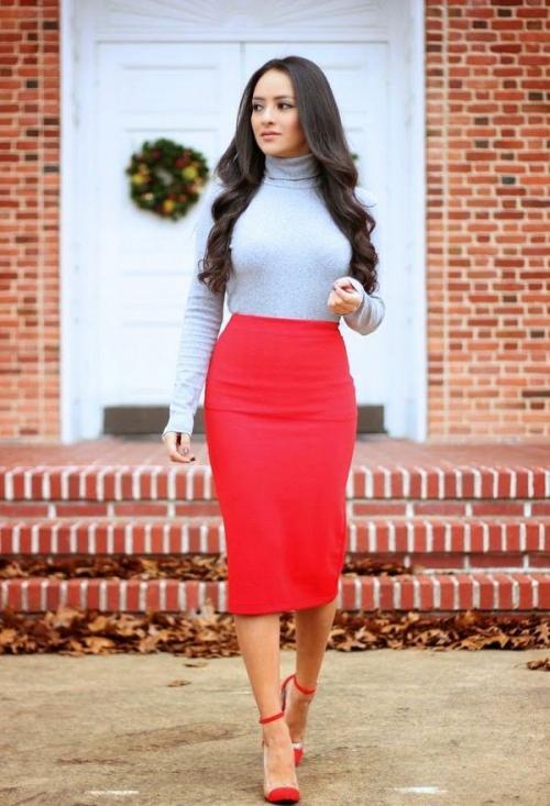 Красная юбка-карандаш и серая облегающая водолазка