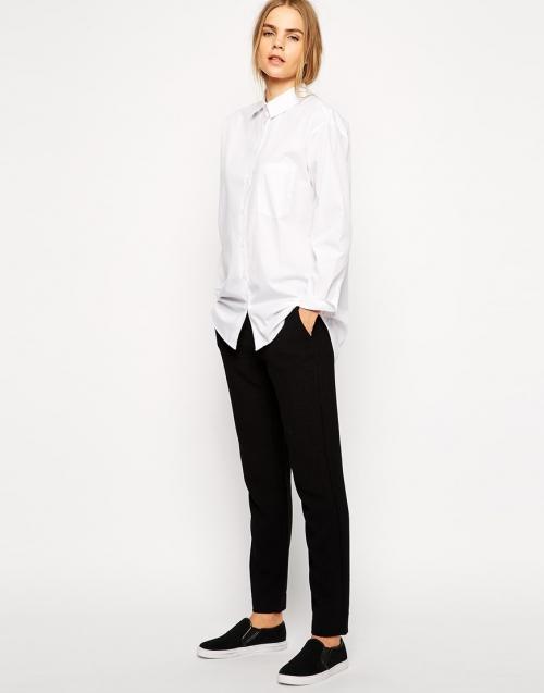Черные брюки и белая рубашка