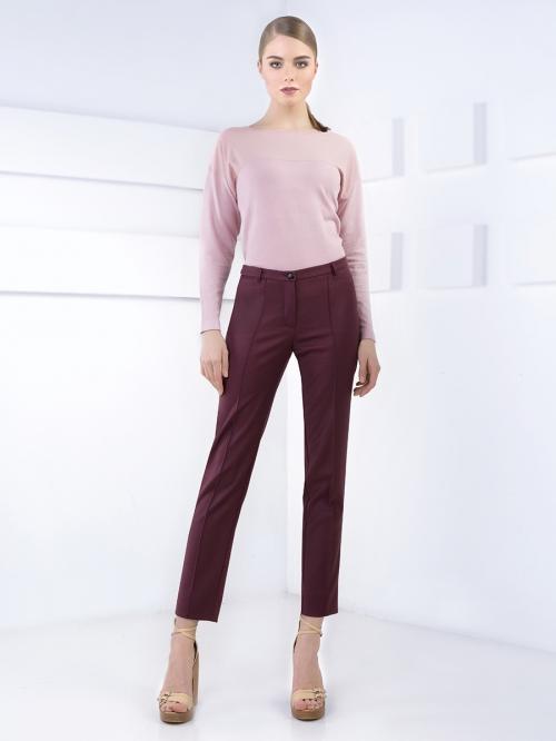 Бордовые брюки и розовая рубашка