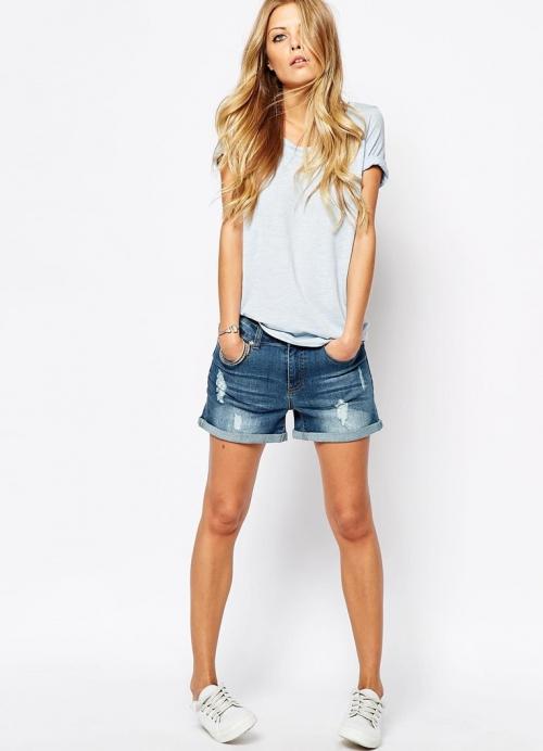 Джинсовые шорты и белая футболка