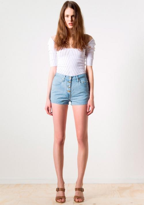 Шорты из джинсовой ткани и майка