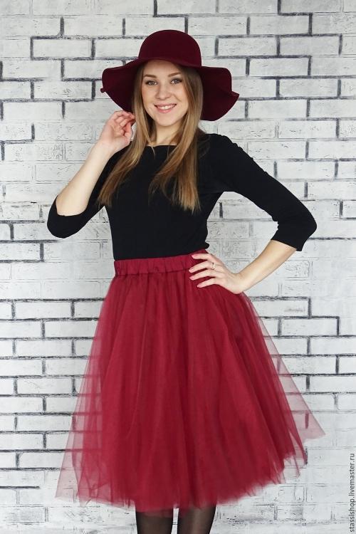 Красная юбка-пачка и черная водолазка