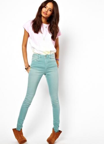Девушка в джинсах с завышенной талией
