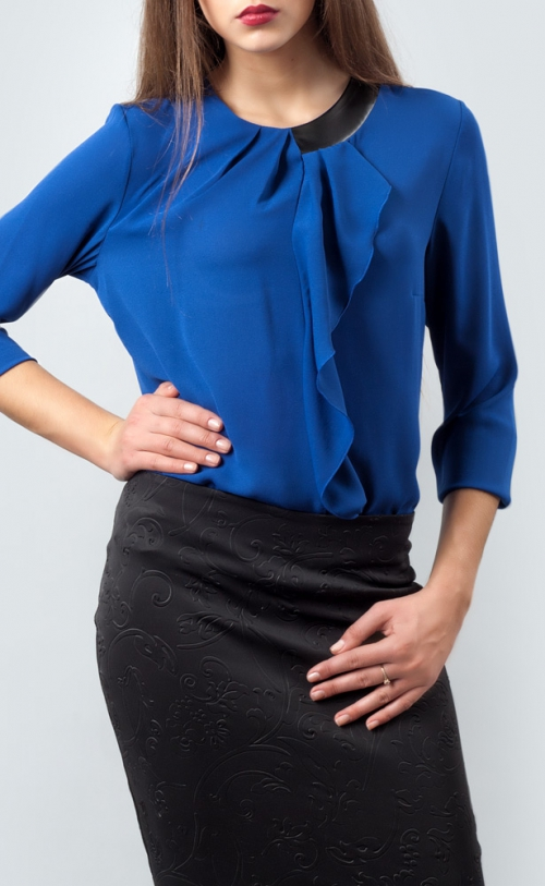 Синяя блузка и черная юбка