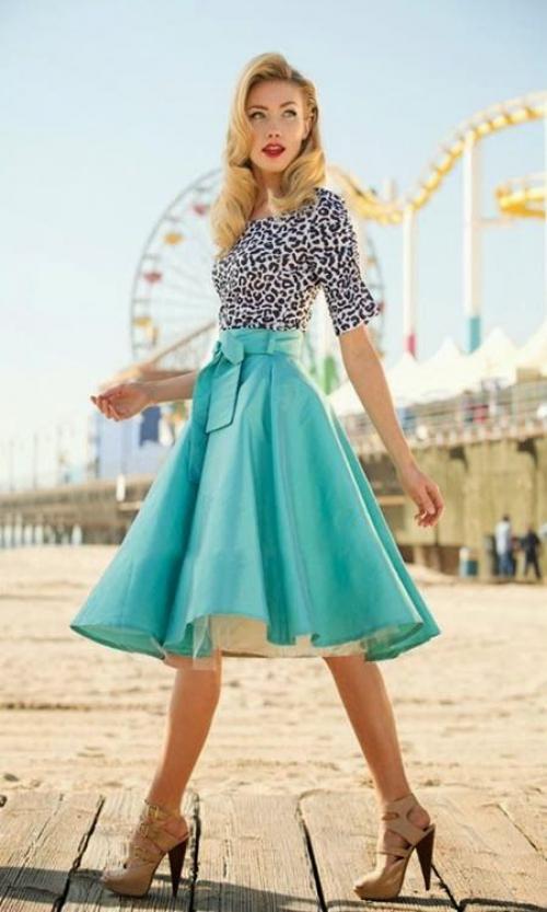 Голубая юбка-колокол и черно-белая блузка