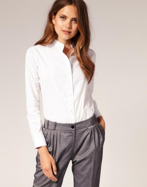 Белая рубашка с серыми брюками