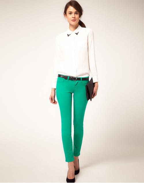 Белая рубашка и зеленые брюки