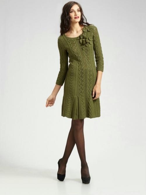 Девушка в вязаном оливковом платье